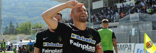 Federico Dionisi festeggia il gol dell'1-0 (Foto Fabio Urbini/LaPresse)