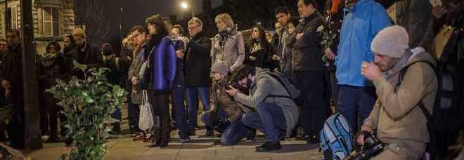 Attentati a Parigi, evacuata place de la Republique durante l'omaggio alle vittime, sentiti spari ed esplosioni anche alla Bastiglia