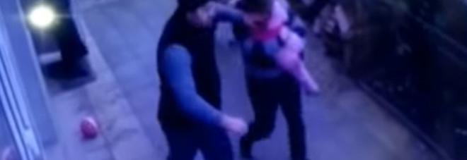 Bambina cade dal quinto piano, due passanti la prendono al volo