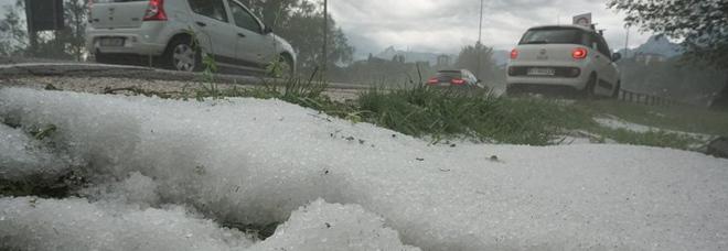 Violenta grandinata nel Bellunese, paesaggio come dopo una nevicata
