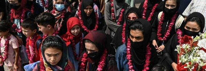 Afghanistan, le calciatrici della nazionale si rifugiano in Pakistan: niente burqa dopo il confine