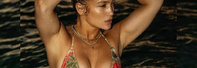 Jennifer Lopez, su Instagram il bikini mozzafiato a 51 anni: i fan impazziscono