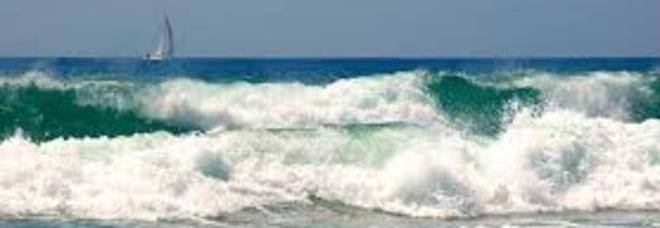 Santa Marinella, due velisti in difficoltà si tuffano e spariscono tra le onde