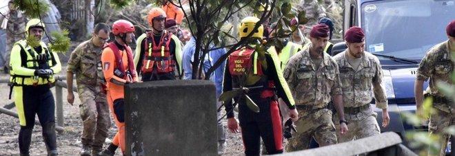 Pisa, auto sbanda e rimane in bilico sul dirupo: due donne salve grazie a un albero