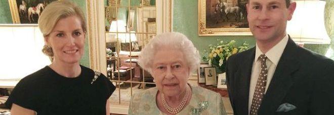 Il principe Andrea e la foto della famiglia reale Gb su Facebook