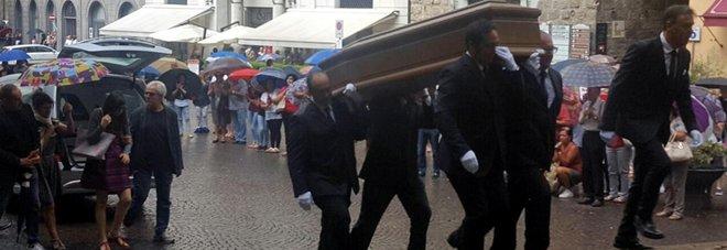 Anna Marchesini, i funerali a Orvieto. Lopez e Solenghi: «Il Trio continua e si ricongiungerà»