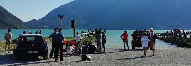 Si tuffa dal pedalò nel lago di Santa Croce e non riemerge: 28enne muore annegato