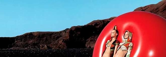 Le modelle di Custo Barcelona all'interno del cratere su Jadeos del Agua, Lanzarote
