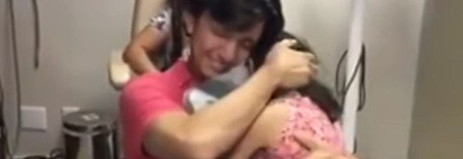 Brasile, dopo 35 anni un uomo riacquista l'udito e si emoziona ascoltando la figlia che lo chiama