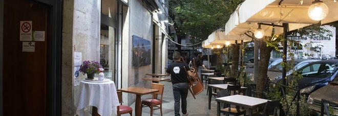 Monza, cena apparecchiata per 13 al ristorante, arriva la polizia e i clienti si nascondono in uno stanzino