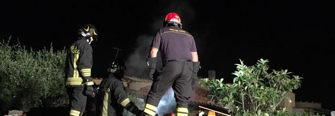 La squadra 26A dei pompieri di Cerenova sul tetto della villa