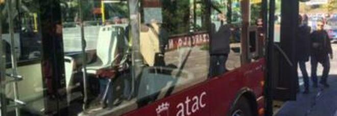 Roma, aggressione sul bus: autista dell'Atac picchiato al capolinea a Centocelle, 2 aggressori in fuga