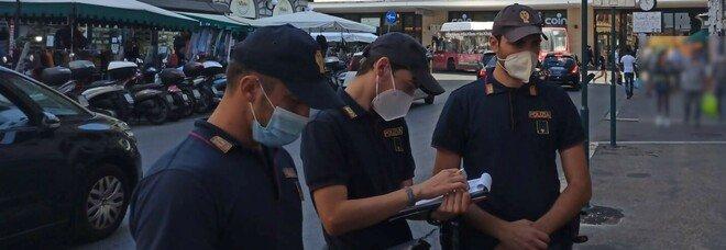 Agenti di polizia durante i controlli a Termini