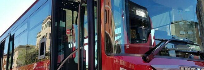 Ferisce al viso la conducente del bus Atac con una bottiglia rotta e poi scappa: gli era stato chiesto di indossare la mascherina