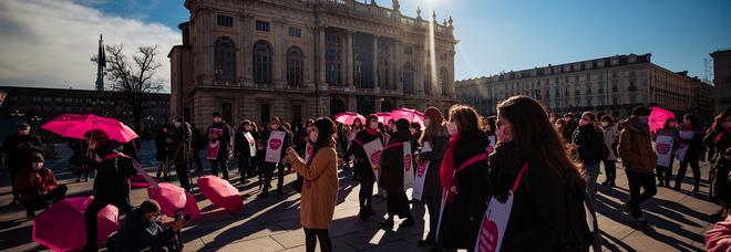 Pnrr, donne e giovani in piazza Montecitorio: «I fondi destinati a noi non bastano»