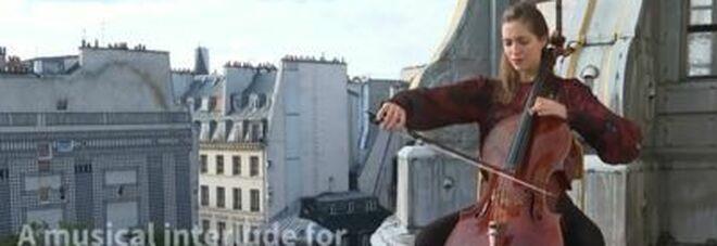 La violoncellista che suona sui tetti dei musei di Parigi: «La bellezza ci salverà»