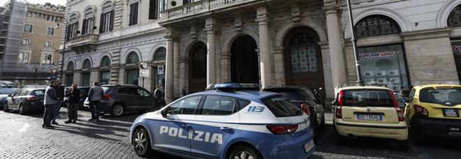 Roma, portiere precipita nella tromba dell'ascensore di un palazzo in centro: morto sul colpo