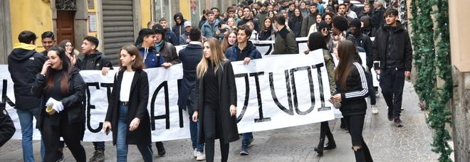 Orari e autobus Cotral, la protesta in piazza degli studenti viterbesi sui tanti disservizi