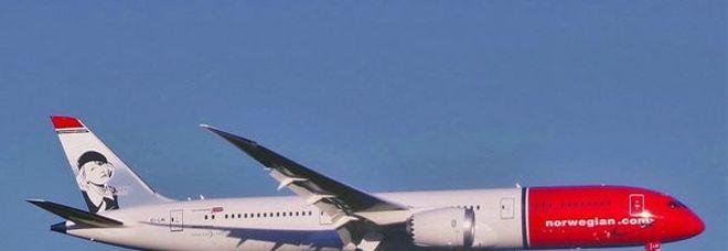 Emergenza a Fiumicino, frammenti di Boeing 787 cadono su auto. Nessun ferito