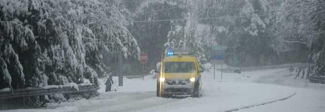 Tempesta di neve e raffiche di vento: chiusa la strada statale 17 nell'Aquilano