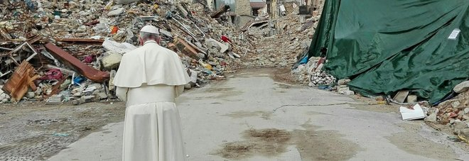 Papa Francesco nella sua visita dei mesi scorsi ad Amatrice