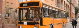 Esplode vetro sul bus dopo una brusca frenata, due feriti
