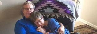 Sposati da 34 anni, lei ha l'Alzheimer: «Non lo riconosce più, ma sa che con lui è al sicuro»