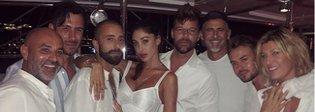 Belen Rodriguez, serata con Ricky Martin e il fidanzato in Costa Smeralda: «Un, dos, tres...... »