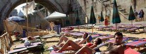 Sabbia e vialetti: la spiaggia sul Tevere entro agosto