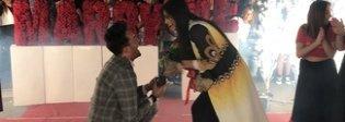 Stilista napoletano chiede la mano alla fidanzata con un flash mob e un anello da 50mila euro