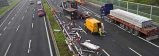 Frosinone, scontro tra due tir sull'A1: materiale finisce sulla strada