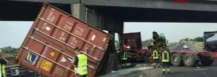 Scoppia gomma in autostrada, Tir contro il pilone del cavalcavia. «Fessure nel cemento»