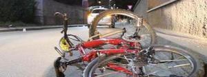 Falcia con l'auto 6 ragazzi in bici e fugge: arrestato due ore dopo dai carabinieri