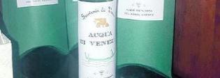L'ultimo souvenir da Venezia: una bottiglia di acqua del Canal Grande (e non costa poco)