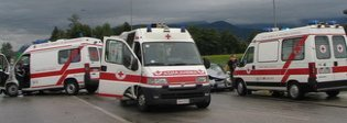 Ambulanza distrutta in un frontale: feriti infermiera, autista e volontario