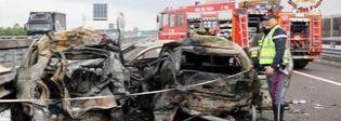 Inferno in autostrada, auto a fuoco dopo schianto: 4 morti carbonizzati Tra le vittime padre e figlia 17enne