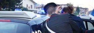 Lascia solo a casa il figlio di sei anni per andare a rubare, arrestata