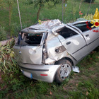 Sbanda, the car lands in the ditch and is destroyed: a minor girl dies
