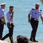 Bagnanti negano l'elemosina: rom spacca lettini in spiaggia e mostra i genitali ai presenti: denunciato