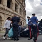 Colosseo, sequestri e multe agli ambulanti abusivi, 8 daspo