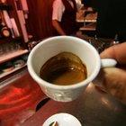 Nove grammi e schiuma per 120 secondi: ecco un caffè doc al bar