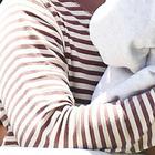 Migranti, mamma tiene la bimba morta fra le braccia per paura che gli scafisti la gettino in mare