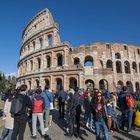 Paura al Colosseo, armato di coltello spaventa i passanti urlando: bloccato e arrestato