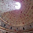 La tradizione si ripete: pioggia di petali di rose al Pantheon
