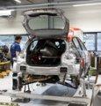 Un meccanico al lavoro su una C3 WRC nella fabbrica di Citroen Racing a Satory