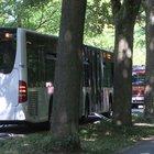 Paura in Germania, accoltella passeggeri sul bus: 8 feriti. «Non escluso il terrorismo»