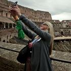 La disperata caccia al selfie che rende invivibili le piazze