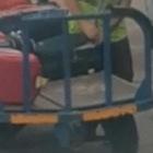 Ibiza, addetto ai bagagli ruba dalla valigia in aeroporto: il passeggero filma tutto e lo incastra Video