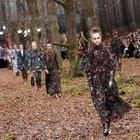 Chanel sfila nel bosco, l'autunno nei colori della nuova collezione