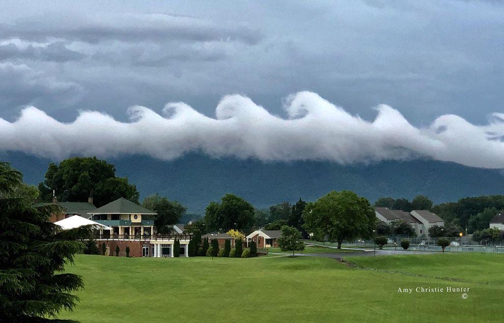 Le nuvole sembrano onde e l'evento atmosferico si trasforma in opera d'arte